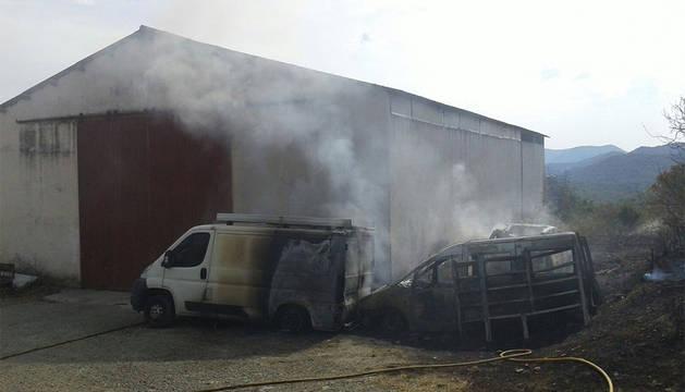Imagen de los vehículos quemados.