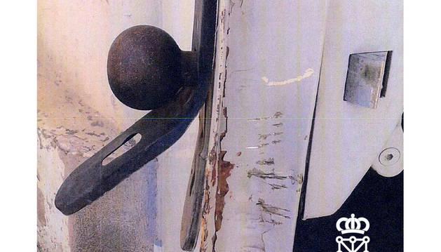 Cerradura de la empresa forzada por el detenido.
