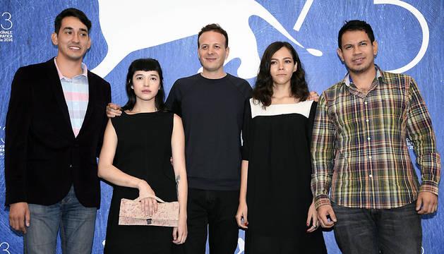 Los actores Eden Villavicencio, Ruth Ramos, el director Amat Escalante, la actriz Simone Bucio, y el actor Jesús Meza posan durante el pase gráfico de su película 'La Región Salvaje'.