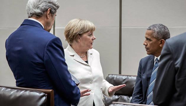 La canciller alemana, Angela Merkel, junto a Barack Obama y John Kerry.