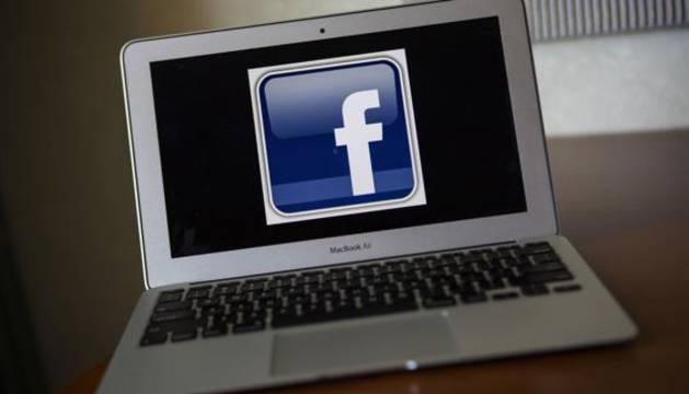 Un ordenador con el logo de Facebook.