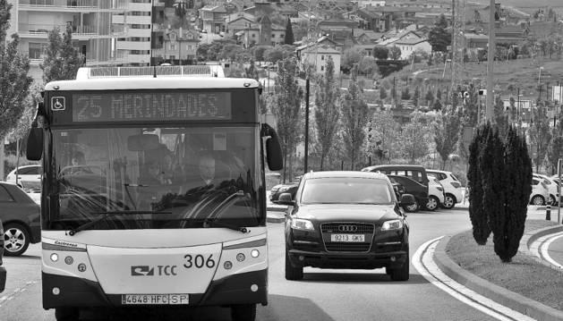 Una de las villavesas de la línea 25 asciende desde Mutilva por el soto de Lezkairu, en Pamplona, para dirigirse hacia la calle Aoiz.