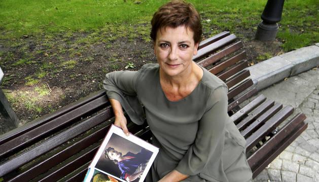 La escritora y periodista Ángeles Caso con su libro 'Ellas mismas. Autorretratos de pintoras'