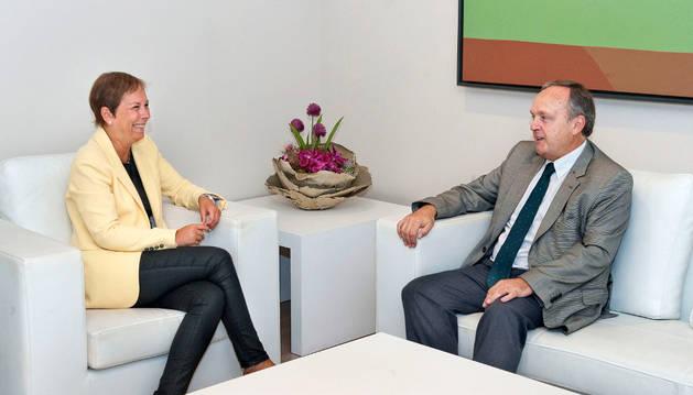 La presidenta del Gobierno de Navarra, Uxue Barkos, con el presidente del Consejo de Navarra, Alfredo Irujo.
