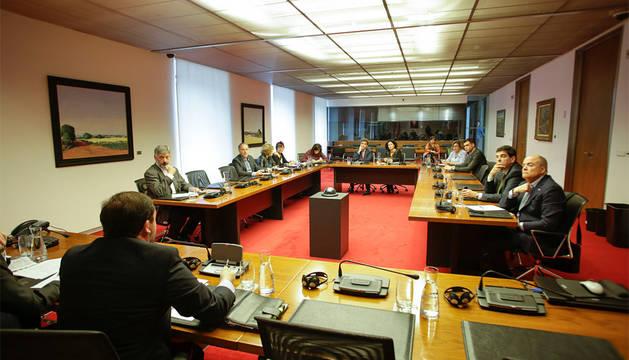 La comisión de investigación de la CAN, reunida este martes.