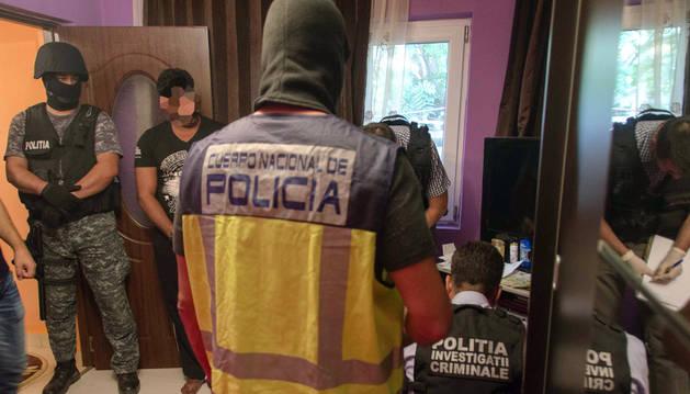 Momento de la detención de nueve miembros de la organización dedicada a la captación y explotación sexual en calles y clubes de Ibiza.