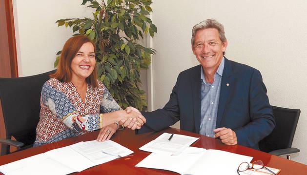 Gema Mañú e Isidro Rodríguez en la firma del convenio.