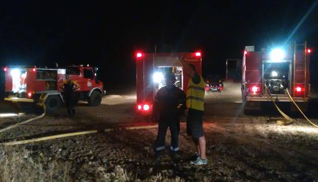 Varios vehículos de bomberos, este lunes, en la zona del incendio.