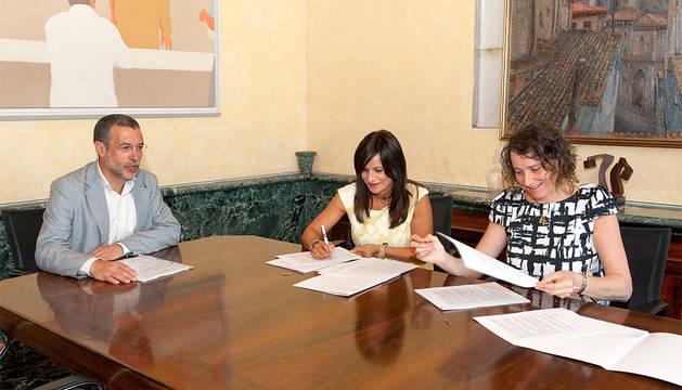 El vicepresidente Laparra, Raquel Garbayo e Inés Francés firman el convenio de concertación de 54 plazas residenciales.
