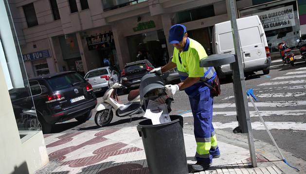 Un operario de limpieza vacía una papelera entre las calles Capuchinos y Pablo Sarasate de Tudela.