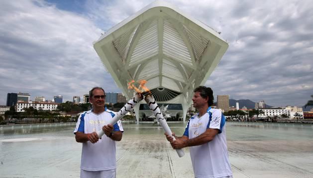 El director del Museo del Mañana Ricardo Piquet (d) recibe la antorcha paralímpica en Río de Janeiro