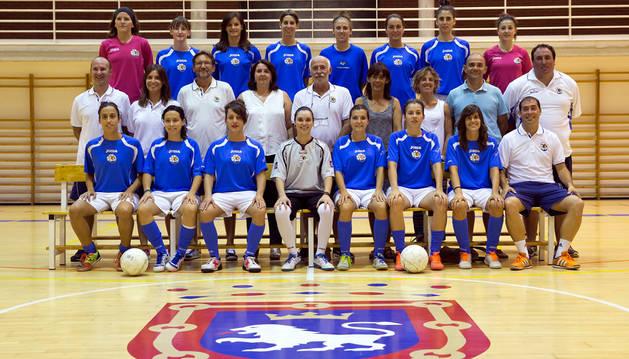 La plantilla y el cuerpo técnico y directivo del Txantrea de fútbol sala, que se estrenará esta temporada en Primera División femenina, ayer en su presentación en Arrosadía.