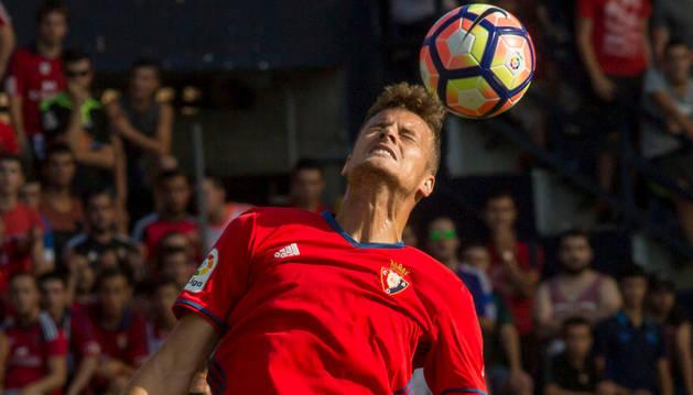 Oriol Riera salta de cabeza en el partido contra la Real. La camiseta todavía no tiene espónsor.