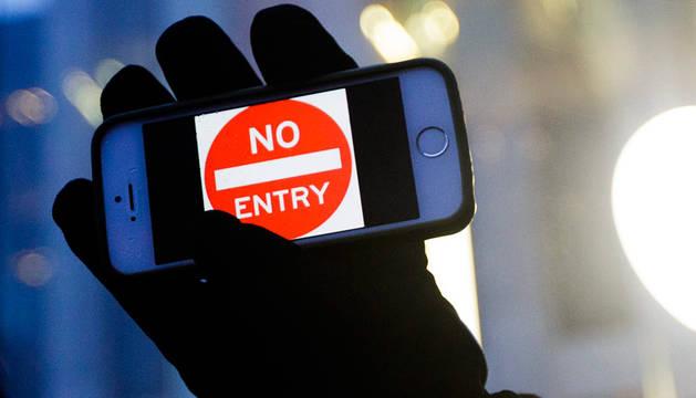 Una persona sostiene un teléfono móvil.