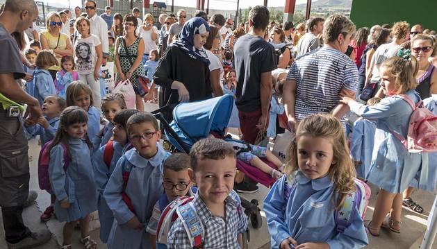 Alumnos de Mater Dei (Ayegui) esperan en el patio la entrada a las aulas en el primer día de clase.
