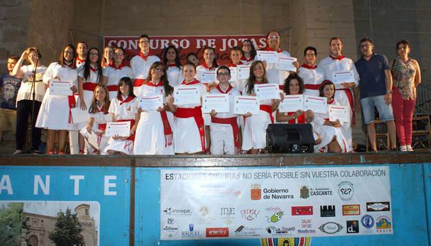 Los ganadores en el III Concurso de Jotas de Cascante posan con los diplomas tras la entrega de premios.