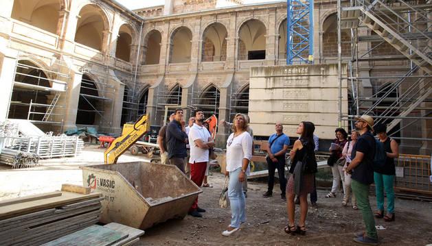 Integrantes de la Comisión de Cultura del Parlamento contemplan las obras que se realizan en el claustro del monasterio de Fitero.
