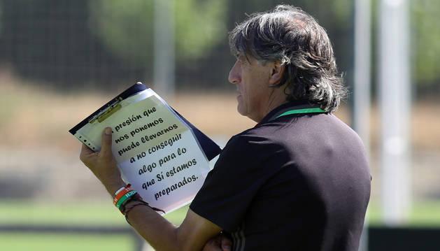 Martín sujeta una carpeta con una frase para  sus jugadores.
