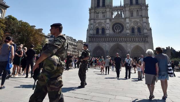 Soldados franceses patrullan en Notre Dame en París.