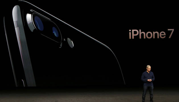 El consejero delegado de Apple, Tim Cook, presenta el iPhone.