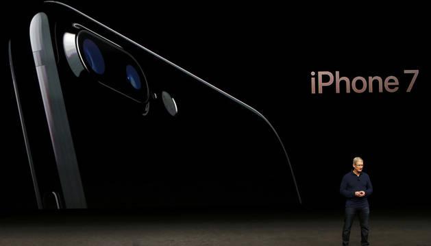 El consejero delegado de Apple, Tim Cook, presenta el iPhone.
