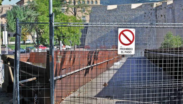 La pasarela peatonal  de Labrit lleva cerrada desde el pasado 5 de julio y el próximo 19 de septiembre se cubrirá con una malla metálica.