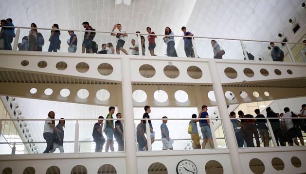 Un grupo de estudiantes de primer curso recorren los pasillos de la Biblioteca de la UPNA en la jornada de bienvenida de ayer.