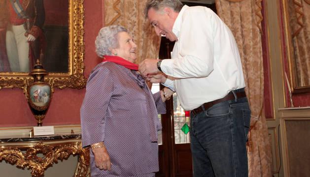 Asiron, este jueves, colocando el pañuelo a Paulina Fernández