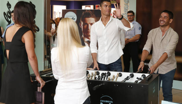 Cristiano Ronaldo juega al futbolín durante un acto promocional de su perfume en el que ha participado hoy.