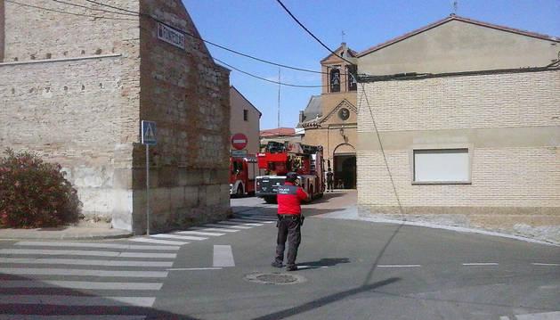 Bomberos y Policía Foral, junto a la iglesia de Fontellas.
