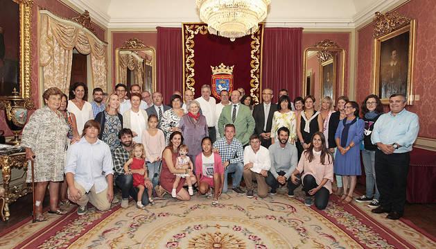 La dueña de la Churrería La Mañueta se anuda el 'Pañuelo de Pamplona'