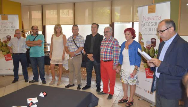 La consejera Ana Ollo, tercera por la izquierda, en el encuentro sobre productos gastronómicos navarros en Mondragón.