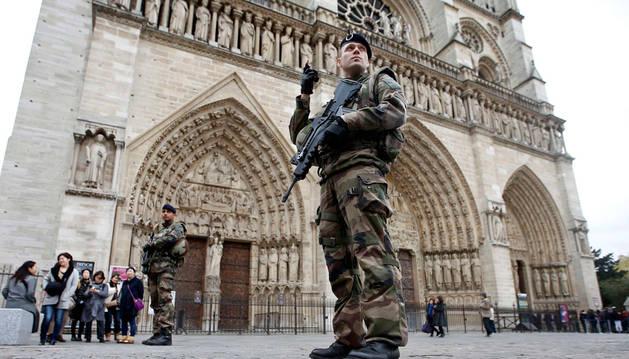 Un soldado francés delante de la catedral de Notre Dame, en París.
