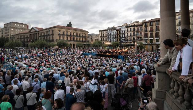 La plaza del Castillo se llenó de gente para ver el concierto que ofreció La Pamplonesa como broche final a los actos de celebración.