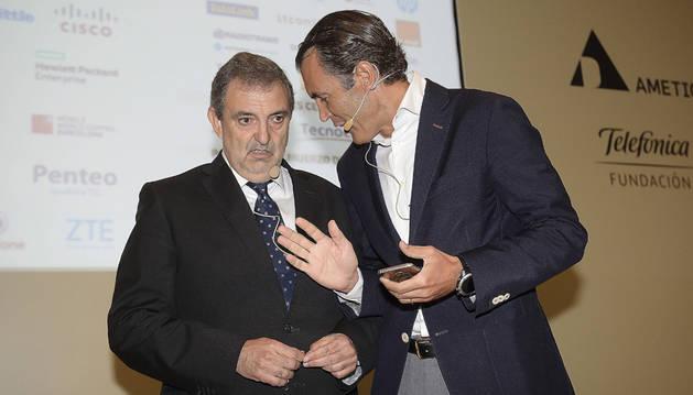 A la izquierda, el presidente de Telefónica España, Luis Miguel Gilpérez, en el Encuentro de Telecomunicaciones en Santander.