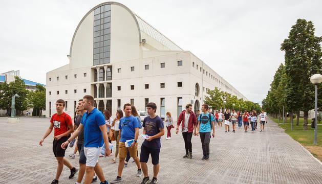 Un grupo de estudiantes de 1.º curso, delante de la Biblioteca del campus de Arrosadia, en Pamplona