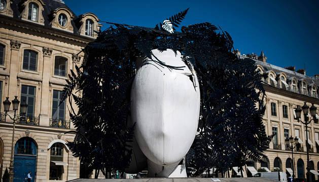 Una de las esculturas del artista Manolo Valdés en la plaza Vêndome de París.