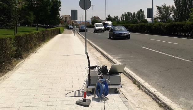 La Avenida de Navarra, en Pamplona, con el hormigón ya instalado y un aparato para medir la calidad del aire.