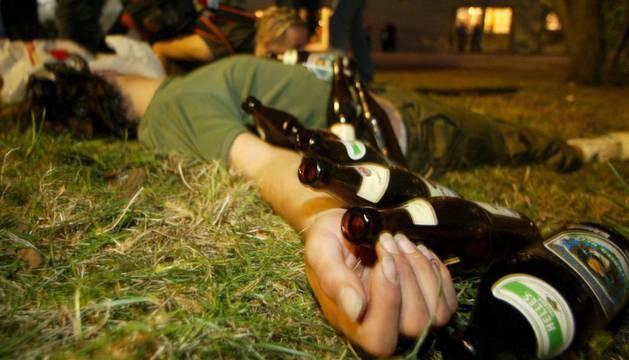 Una persona, en estado de embriaguez durante un festival de música en Alemania.