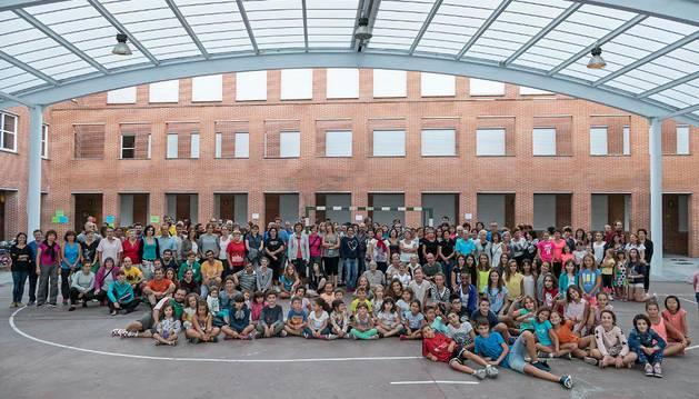 Participantes en el baile de la Jota Vieja durante el ensayo general de ayer en el patio de la ikastola de Estella.
