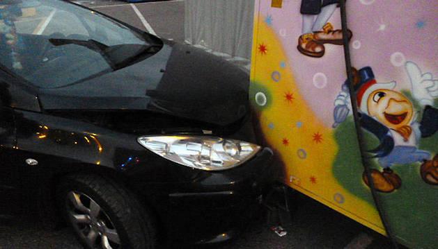 Imagen del coche que chocó contra la atracción infantil.