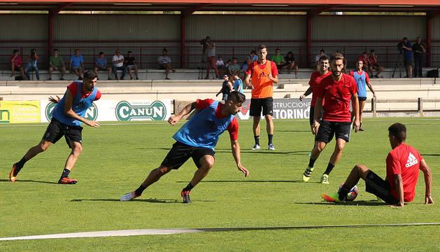 Otegui trata de controlar el balón en presencia de Sergio León y Kenan