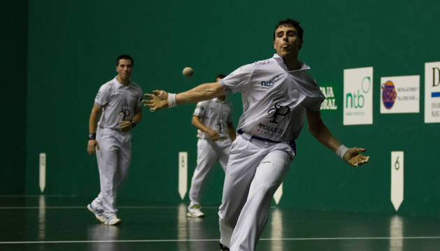 Enaitz Ansó, a punto de golpear la pelota, se clasificó para la final junto a Iosu Eskiroz.