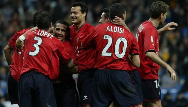 Celebración de los jugadores de Osasuna tras la victoria en el Bernabéu en el 2004.