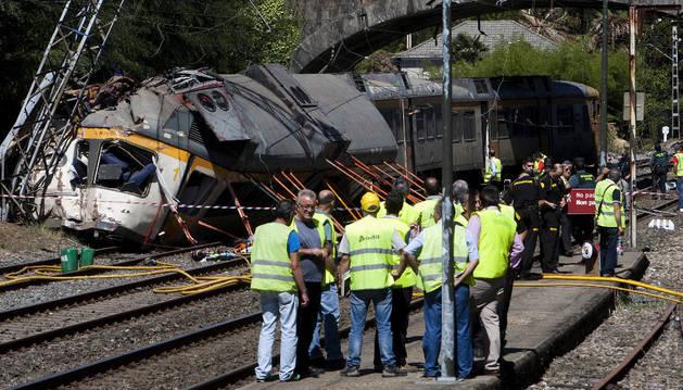 Personal de Adif, Guardia Civil y seguridad junto al tren que ha descarrilado este viernes.