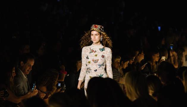 Una modelo desfilando con prendas de Desigual en la Semana de la Moda de Nueva York.