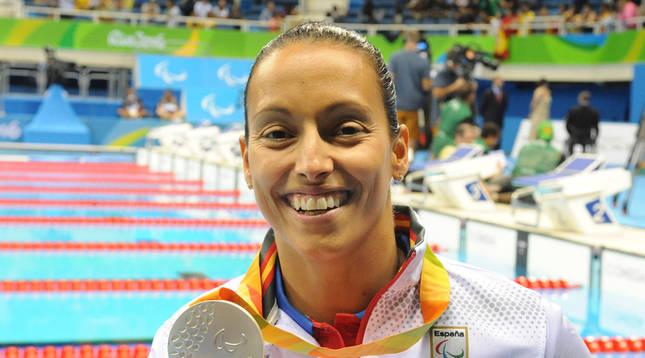 La nadadora Teresa Perales, con su medalla de plata conseguida en la prueba de 200 metros libres.