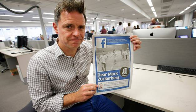 Espen Egil Hansen, redactor jefe del diario más leído de Noruega, el Aftenposten, que dedica su portada a la polémica.