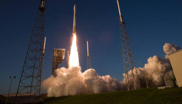 El cohete 'Atlas, que lleva la sonda 'Osiris-Rex', despegando desde Cabo Cañaveral, Florida.