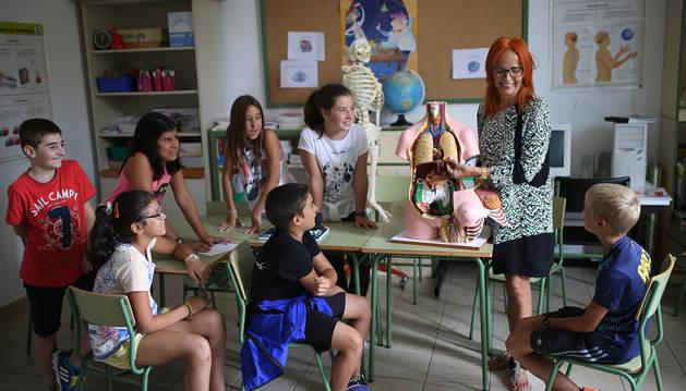 Los alumnos de 5º y 6º curso del colegio público Raimundo Lanas, de Murillo El Fruto, asisten a una clase de Susana Litago Sagardoy.